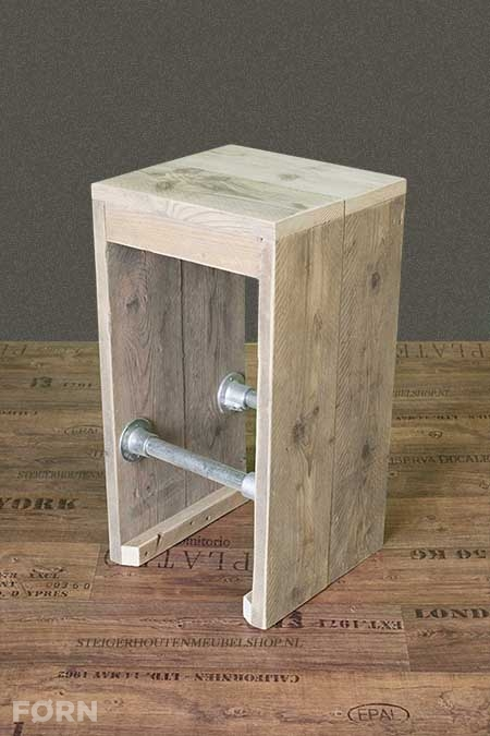 Steigerhouten barkruk met steigerbuizen forn meubelen for Steigerhout tuinmeubelen zelf maken