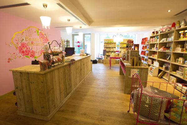 Winkelinrichting met steigerhouten meubelen by f rn for Interieur winkel antwerpen