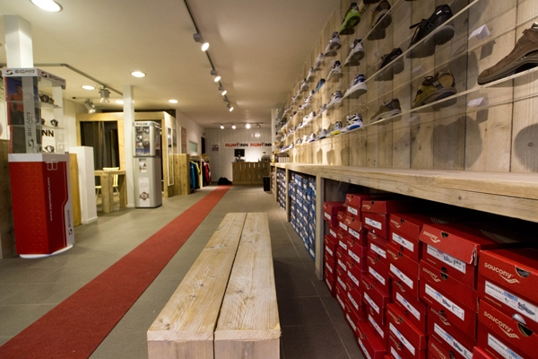 steigerhouten bankje en presentatie wand in winkel