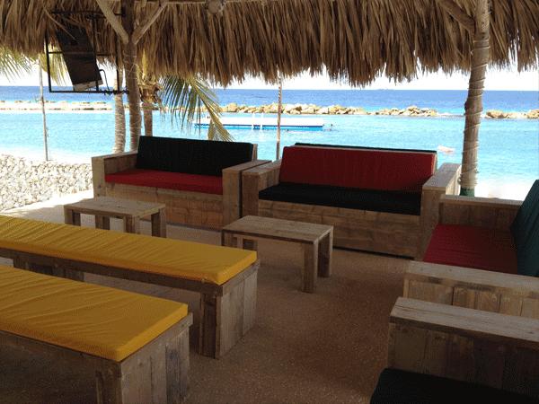 steigerhouten lounge set bank bij strandtent