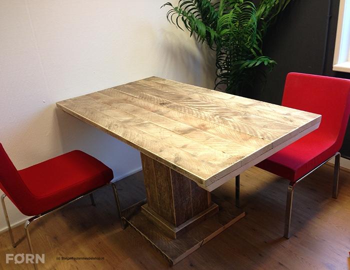 Steigerhouten tafel met kolompoot en vloerplaat
