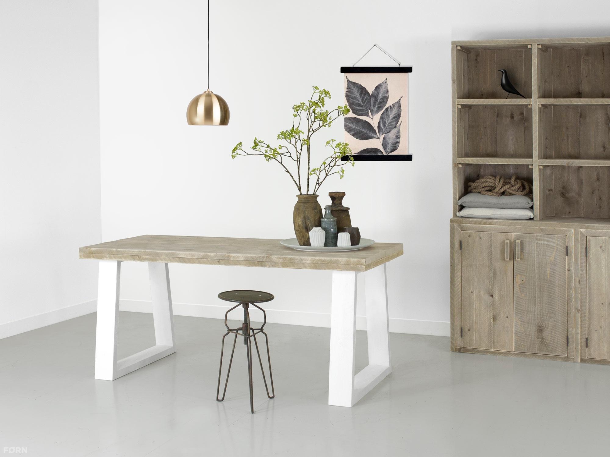 Tafel met witte schuine poten en een steigerhouten blad f rn for Goedkope industriele eetkamerstoelen