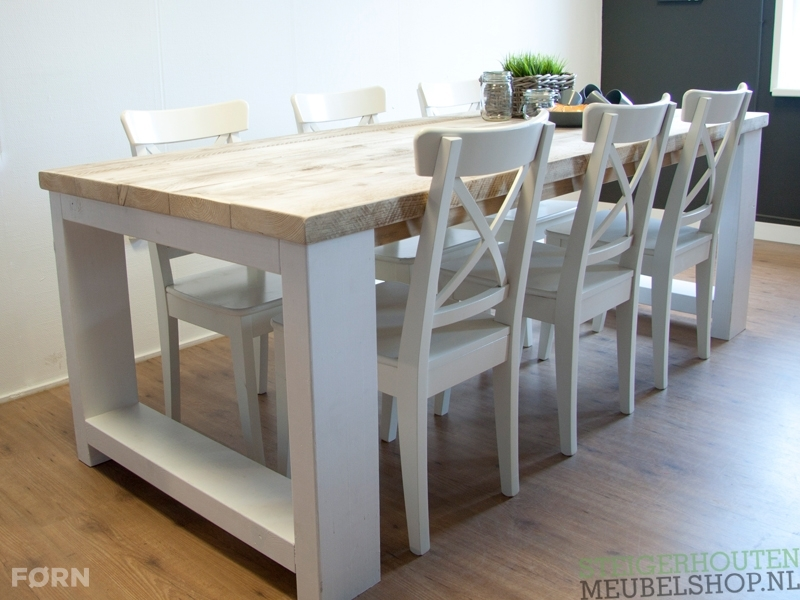 Deze landelijke steigerhouten tafel met dikke planken en een wit ...
