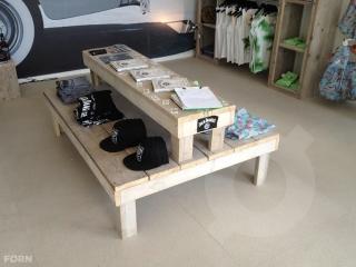 winkelinrichting: presentatietafel voor boeken, tijdschriften of kleding