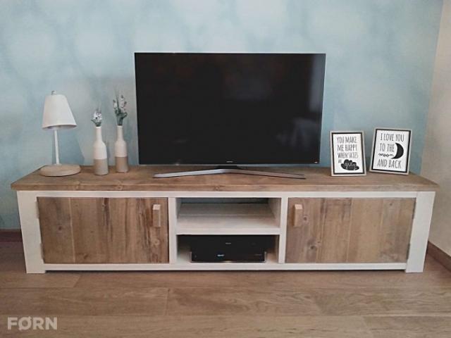 landelijk TV meubel van steigerhout