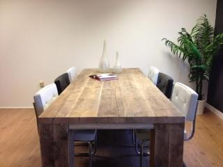 Tafel van steigerhout gemaakt van dikke planken