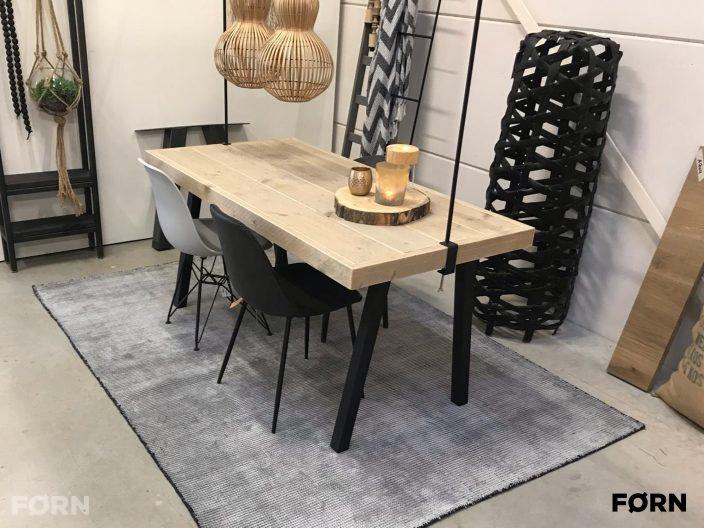 Steigerhout tafel industrieel zwarte poten
